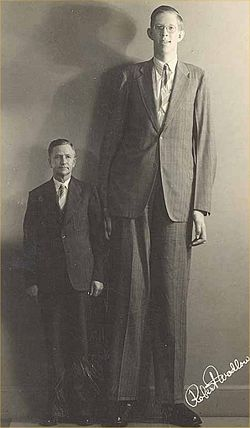 Роберт Вадлоу стоит рядом со своим отцом